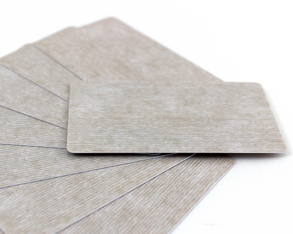 Plastikkarten, 86 x 50 x 0,50 mm, braun gestreift, 100 Karten pro Pack